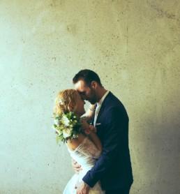 Mariée coiffée avec des fleurs et des tresses
